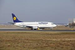 """Tar †""""Lufthansa Boeing 737 Frankfurt för den internationella flygplatsen av Royaltyfria Bilder"""