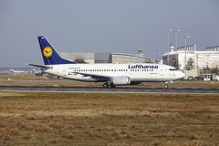 """Tar †""""Lufthansa Boeing 737 Frankfurt för den internationella flygplatsen av Royaltyfri Fotografi"""