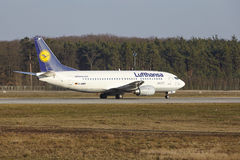 """Tar †""""Lufthansa Boeing 737 Frankfurt för den internationella flygplatsen av Royaltyfri Foto"""