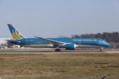 """Tar †""""Vietnam Airlines Boeing 787 Frankfurt för den internationella flygplatsen av Arkivbild"""