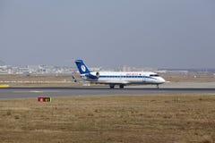 """Tar †""""Belavia Canadair 100 Frankfurt för den internationella flygplatsen av Royaltyfri Fotografi"""