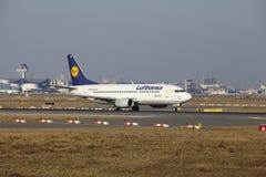 """Tar †""""Lufthansa Boeing 737 Frankfurt för den internationella flygplatsen av Royaltyfria Foton"""