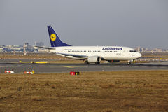 """Tar †""""Lufthansa Boeing 737 Frankfurt för den internationella flygplatsen av Royaltyfri Bild"""