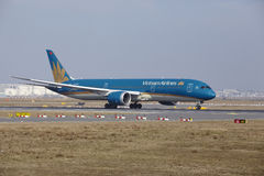 """Tar †""""Vietnam Airlines Boeing 787 Frankfurt för den internationella flygplatsen av Arkivbilder"""