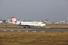 """Tar Austrian Airlines för †Frankfurt för den internationella flygplatsen """"Fokker 100 av Royaltyfria Bilder"""