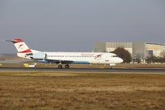 """Tar Austrian Airlines för †Frankfurt för den internationella flygplatsen """"Fokker 100 av Royaltyfri Foto"""