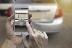 Tar den smarta telefonen för handinnehavet ett foto på platsen av cras för en bil Royaltyfri Foto