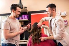 Tar den yrkesmässiga frisören för laget omsorg av klienthår på beauten Royaltyfria Bilder
