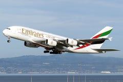 Tar emirater A380 av från San Francisco royaltyfri bild