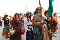 Tar iklädda medeltida dräkter för folk delen i en ståta under den Burgfest festivalen i staden av Burghausen, Tyskland Arkivfoton