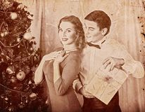 Tar nostalgy par för jul på partiet nära Xmas-träd gåvaasken Royaltyfri Foto