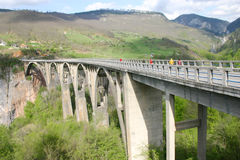 Tara-Brücke ist Bogenbrücke über dem Tara-Fluss Lizenzfreie Stockfotografie