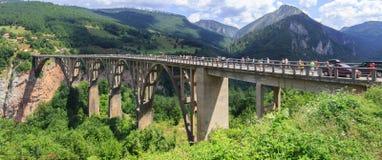 TARA-FLUSS-SCHLUCHT, MONTENEGRO - 10. AUGUST 2014: Panoramablick der Brücke von Dzhurdzhevich über Tara River Canyon Lizenzfreie Stockfotografie