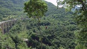 Tara Montenegro - 27 Juni 2017 Tara kanjonbro Durdevica ovanför floden Montenegro Vinande-linje affärsföretag i Tara arkivfilmer