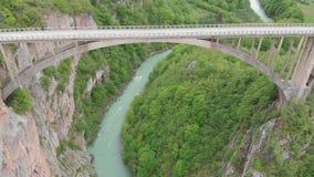 Tara River Canyon La mayoría del lugar popular para la visita es el puente de Durdevica Puente de Jurjevich en Zabljak, Montenegr almacen de video