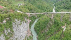 Tara River Canyon La plupart d'endroit populaire pour la visite est le pont de Durdevica Pont de Jurjevich dans Zabljak, Monténég banque de vidéos