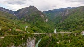 Tara River Canyon Mest populärt ställe för besök är den Durdevica bron Jurjevich bro i Zabljak, Montenegro royaltyfri fotografi