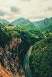 Tara River y el barranco, y su campo, en Montenegro septentrional Montenegro, Tara River al lado del puente de Djurdjevi Foto de archivo libre de regalías