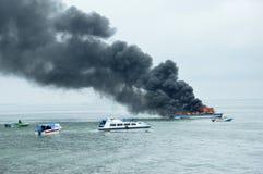 在Tarakan,印度尼西亚加速在火的小船 图库摄影