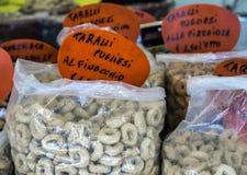 Закуска Taralli южная Италии традиционная на продаже на рынке стоковое изображение rf