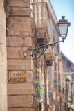 Taranto, Apulien - eine alte Straßenlaterne geregelt an einer Hausfassade lizenzfreie stockfotografie