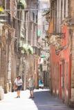 Taranto, Apulien - 31. MAI 2017 - ein touristische Paare gehendes throug stockbild