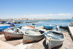 Taranto, Apulien - 31. MAI 2017 - gebürtige Fischer, die an arbeiten lizenzfreie stockfotografie