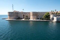 Taranto Italië het Aragonese-Kasteel Castel Sant 'Angelo, op een zonnige dag in de recente zomer wordt gefotografeerd die stock afbeelding