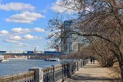 Taras Shevchenko Embankment na mola Moscovo, Rússia foto de stock royalty free