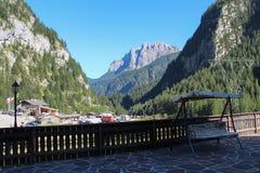 Taras z drewnianymi gankowymi huśtawkami Góry, zielony las i niebieskie niebo na tle, Malga Ciapela, Veneto, Włochy Obraz Stock