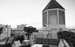 Taras z krzesłami i miasto widokiem Wakacje i wakacje pojęcie fotografia royalty free