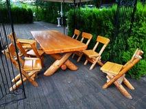 Taras z stołem i krzesła stałym drewnem zdjęcie royalty free