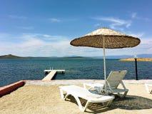 Taras z widokiem na morzu Parasole i holu krzesło w świetle słonecznym Zdjęcia Royalty Free