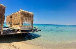 Taras z widokiem na morzu Parasole i holu krzesło w świetle słonecznym Obrazy Stock
