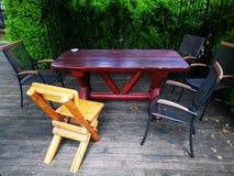 Tarasowi różnorodni drewniani krzesła i żelazo zdjęcia royalty free