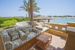 Tarasowy balkon z krzesłami w tropikalnym luksusowym mieszkaniu Zdjęcie Stock