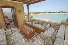 Tarasowy balkon z krzesłami w tropikalnym luksusowym mieszkaniu Obraz Stock