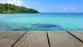 Tarasowy drewna i scenerii seascape widok dla tła użycia Zdjęcia Royalty Free
