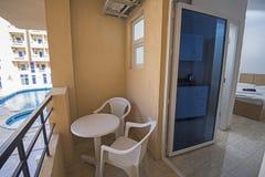 Tarasowy meble luksusowy mieszkanie w tropikalnym kurorcie z plastikowym meble i widoku nad basenem obraz stock