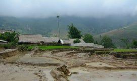 Tarasowy ryżu pole z Hmong wioską przy iryguje sezon w Sapa obrazy stock
