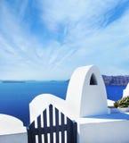 Tarasuje na Santorin wyspie z widokiem na lazurowym Śródziemnomorskim se Fotografia Stock