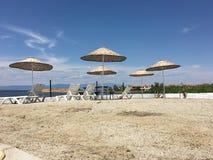 Tarasuje z widokiem na morzu i zmierzchu Parasole i holu krzesło w świetle słonecznym Obraz Royalty Free