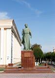 Taraz, Kazajistán - 14 de agosto de 2016: monumento B Momyshuly foto de archivo