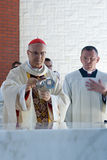 Tarcisio Bertone, durante la consagración de la iglesia. Fotos de archivo
