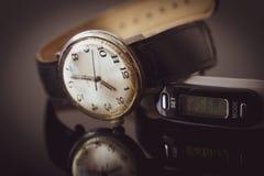 Tarcza wristwatch odbijał na stole obraz royalty free
