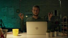 Tard la nuit dans le bureau privé l'homme d'affaires efficace travaille sur un ordinateur portable Il a réussi internationalement banque de vidéos