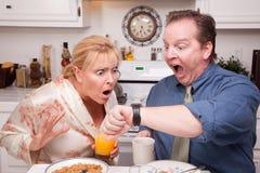 Tard pour le travail - couple chargé dans la cuisine Image stock