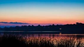 Tard, soirée tranquille et paisible d'été sur un grand étang de campagne Photo stock