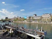 Tarde acogedora a lo largo del Sena, París fotos de archivo
