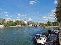 Tarde acolhedor ao longo de Seine, Paris imagem de stock royalty free